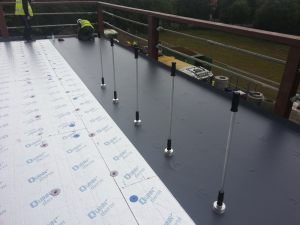 The 600-square-meter flat roof was securely fixed in place using a new heat-induction welding tool combined with a chalk marker indication system for speed and efficiency.