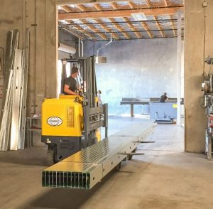 The Multi-directional Reach truck allows the operator to perform compact turns in confined spaces.
