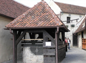Photo 19. A well in the Râșnov fortress from the14th century shows a fish-scale ceramic tile roof. Photo: L. Kenzel, Creative Commons Attribution.