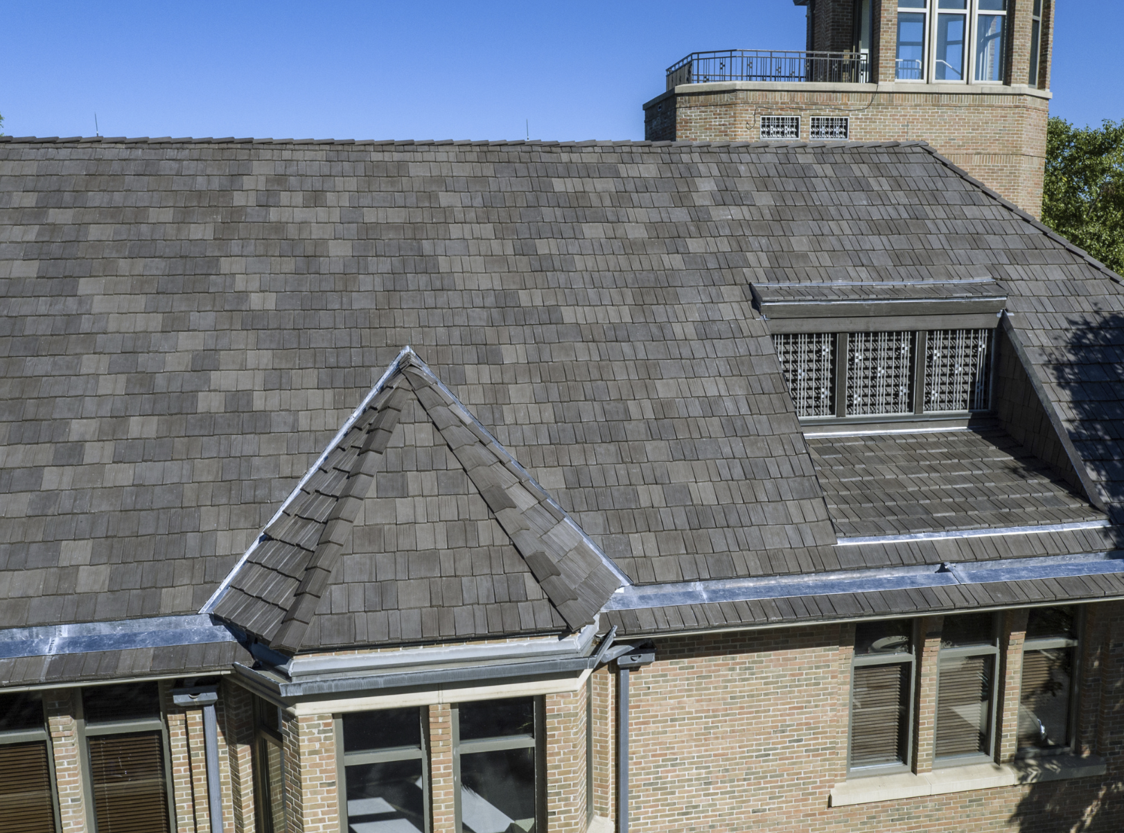 Crews Installed 23 000 Square Feet Of Bellaforte Shake By Davinci Roofscapes On The Building S Main Roof Photos
